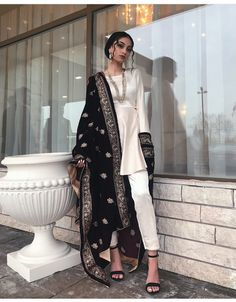 Saree and blouses Beautiful Indian Outfit Inspirational Ladies - Pakistani Bridal Dresses, Pakistani Dress Design, Pakistani Outfits, Indian Outfits, Indian Wedding Gowns, Pakistani Fashion Casual, Pakistani Clothing, Bridal Lehenga, Indian Bridal