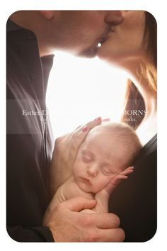 newborn photography, mom and dad kissing with newborn, bright #ParentingPhotography #ParentingNewborn