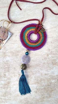 Piece made of cotton yarn, felt, leather, stones and metals. Crochet Jewelry Patterns, Crochet Accessories, Love Crochet, Bead Crochet, Crochet Bracelet, Crochet Earrings, Crochet Decoration, Mode Blog, Crochet Ornaments