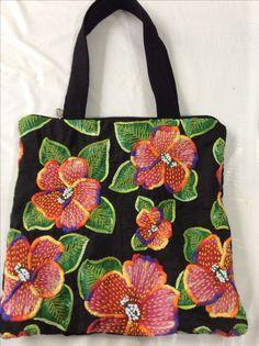Bolsas de chita Types Of Embroidery, Hand Embroidery Designs, Embroidery Art, Embroidery Stitches, Embroidered Cushions, Embroidered Bag, Fabric Beads, Fabric Art, Art Bag