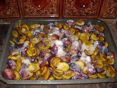 Švestky nasypeme na hlubší plech (můžeme vyložit pečícím papírem), zasypeme cukrem, zalejeme citronovou šťávou nebo octem a necháme uležet 10-24... Destiel, Preserves, Pickles, Sprouts, Stuffed Mushrooms, Food And Drink, Homemade, Chicken, Baking