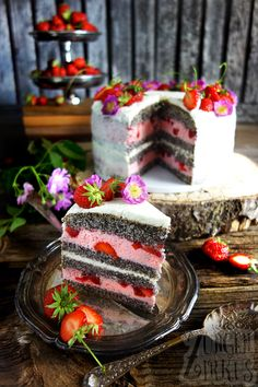 Erdbeer-Mohntorte mit Erdbeer-Joghurtsahne – Zungenzirkus Strawberry poppy seed cake with strawberry yogurt cream – tongue circus Strawberry Cakes, Strawberry Recipes, Food Cakes, Baking Recipes, Dessert Recipes, Cupcake Recipes, Red Wine Gravy, Poppy Seed Cake, Flaky Pastry