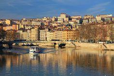 View of de Sâone River n de Croix Rousse hill in de background. Lyon, Rhone Alpes_ South France
