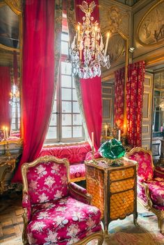 LES LIAISONS DE MARIE ANTOINETTE :  HAUNTINGLY BEAUTIFUL  DETAIL OF THE SALON IN CHAMP DE BATAILLE RENOVATED BY JACQUE GARCIA AND PHOTOGRAPHED BY FRANCIS CORMON