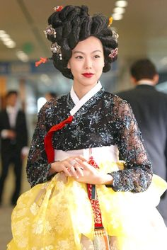 Hanbok, Korean traditional clothes.  With that color scheme, she resembles an Asian Snow White.