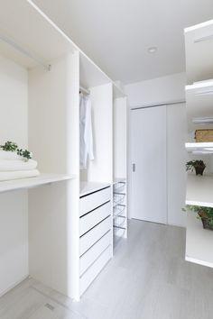 働く女性の悩みを解決! 生の声を取り入れた理想の家 コーワの家写真集 注文住宅 石川県金沢市 Closet, Minimal Home, Washroom, House Design, Interior, Minimalism, Natural Interior, Muji Home, Home Decor