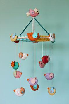 MI HOGAR DE PATCHWORK: MOVIL INFANTIL CON PAJARITOS. Diy For Kids, Crafts For Kids, Diy Crafts, Ideas Bautizo, Baby Mobile Felt, Baby Mobiles, Felt Doll Patterns, Felt Wreath, Baby Gym