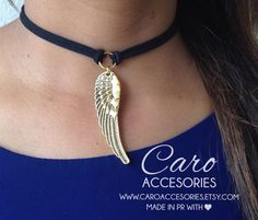 Collar Choker corto negro en gamuza. Colgante de ala de Ángel color dorado. Corto ajustable. Regresa la moda de los años 90 con esta pieza casual. Ideal para ir a la playa o siemplemente complementar con Jeans. Para envíos internacionales agregue opción de envío: https://www.etsy.com/es/listing/496680732/enviamos-a-todo-el-mundo-envio?ref=shop_home_feat_1 Síganos en nuestras redes sociales para promociones y descuentos. Follow us on our social networks for promotions and discounts…