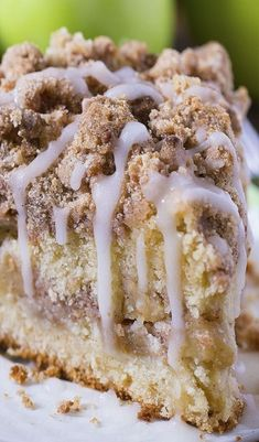 The Best Apple Crumb Cake. The perfect fall treat! It's filled with spiced apples, an extra thick crumb layer, and a tender cake. Are you ready for fall baking? Cinnamon Apple Crumb Cake is the perfect dessert for crisp weather coming up. Desserts Nutella, Köstliche Desserts, Chocolate Desserts, Delicious Desserts, Yummy Food, Best Apple Desserts, Best Apple Recipes, Cinnamon Desserts, Chocolate Glaze