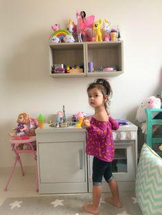 Brinquedoteca no quarto - Mini Cozinha em Madeira na Decoração quarto infantil verde água - colorido e moderno