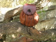 A full step by step tutorial by Ozhaggishead of Bushcraft USA forums on making A Scottish sporran.