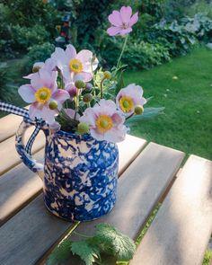 Natürlicher Strauß romantisch im Krug arrangiert. Ikebana, Amaryllis, Glass Vase, Instagram, Home Decor, Lilac Bushes, Tulips, Decorating Ideas, Creative