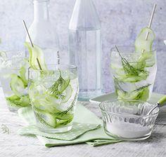 Gurken-Gin-Drink Dieser Longdrink erfrischt nicht nur an lauen Sommerabenden, sondern hat durch die Gurke auch weniger Kalorien.