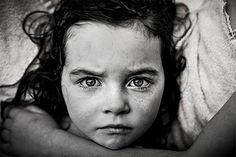 """Strong is the new pretty - Alice na Ella - Kate Parker, uma fotógrafa baseada em Atlanta, nos Estados Unidos, focou suas lentes em suas filhas de maneira a encorajá-las a escapar de estereótipos impostos a meninas e a celebrar suas capacidades e interesses. (Foto: Kate Parker) """"Serem quem elas são é suficiente para nós. E, em última análise, para elas também…"""" (Foto: Kate Parker) """"Nós as amamos assim como elas são, barulhentas, sujas, competitivas… assim como meus pais me amaram por ser…"""