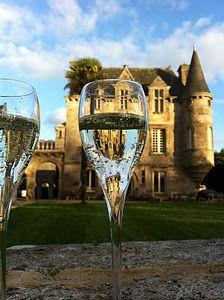Le château de Rimaison.  A 30 minutes de Lorient et à seulement 15 minutes de la mer, le château de Rimaison est vraiment magnifique. Un grand parc, une écurie, une chapelle avec un nom qui fait rêver : Notre-Dame-des-Orties !  Rien n'est imposé et les propriétaires vous proposeront de multiples solutions pour vous arranger.  Bref, si vous cherchez un lieu dans le Morbihan, allez visiter.