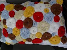 Almofada de linho e aplicações em crochê. Crochet. Pillow