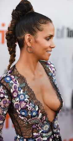 Halle Berry Pixie, Halle Berry Hot, Pictures Of Halle Berry, Hally Berry, Femmes Les Plus Sexy, Beautiful Black Women, Beautiful People, Celebrity Beauty, Celebs