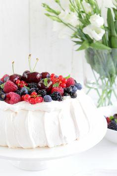 Pavlova mit Beeren Pavlova Cake, Panna Cotta, Cake Recipes, Pudding, Fruit, Ethnic Recipes, Food, Videos, Chocolate Zucchini Cakes