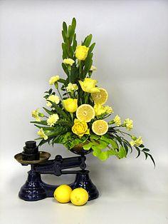 Right Triangle Floral Arrangement Contemporary Flower Arrangements, White Flower Arrangements, Deco Floral, Floral Design, Flower Arranging Courses, Fruit Flowers, Flowers Garden, Summer Flowers, Beautiful Flowers
