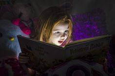 Cartwright, Shaine - Girl Reading by Flashlight Kids Reading Books, Girl Reading, I Love Books, Books To Read, My Books, Book Photography, Children Photography, Amazing Photography, Kids Lighting