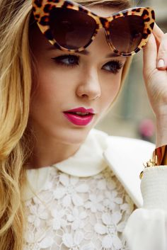 Leopard cat-eye glasses, dark eyelashes, raspberry lips, white top with a peter-pan collar- Fabulous.