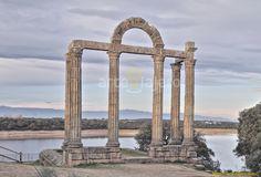Estamos ante el único pórtico de curia de época romana conservado en todo el Mundo, se trata de uno de los escasos restos que se han conservado de la antigua ciudad de Augustóbriga, hoy sumergida bajo el embalse de Valdecañas