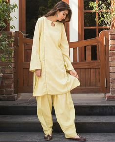Dress Style Pakistani, Simple Pakistani Dresses, Pakistani Fashion Casual, Pakistani Outfits, Fancy Dress Design, Stylish Dress Designs, Silk Kurti Designs, Kurta Designs Women, Stylish Dresses For Girls