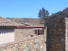 Barrio de casas del siglo XVI dentro de segundo recinto.