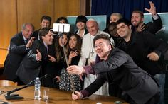 29/5 - O Papa Francisco posa para selfie com youtubers de diversos países, entre eles o professor brasileiro Marcelo Procopio (2º da direita), do canal Matemática Rio, durante encontro do 'Scholas Occurrentes' no Vaticano