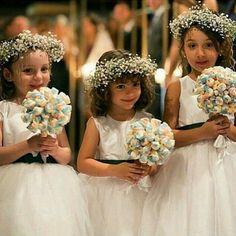 Ideia linda (e deliciosa!) que encontrei no @casandinho! Se eu fosse daminha, iria entrar feliz da vida! Kkkkk' Além do buquê de marshmallows, você também pode fazer a coroa de flores. Essa florzinha é baratinha e fácil de achar. Se joga no craft!