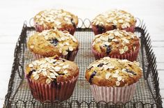 Blueberry oat muffins These gorgeous muffins, made with honey, are moist and delicious. Perfect with an afternoon cuppa, or even for a light breakfast or brunch Chocolate Chunk Cookies, Chocolate Muffins, No Calorie Foods, Low Calorie Recipes, Muffin Recipes, Baking Recipes, Yummy Recipes, Blueberry Cheesecake Muffins, Calories In Blueberries