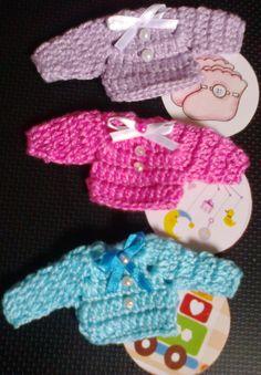 Mini Casaquinho de bebê em crochê, confeccionado com lã ou linha, pode ser feito em várias cores.    Ideal para lembrancinhas de nascimento ou chá de bebê.  O tempo de produção varia de acordo com a quantidade e ordem de de chegada dos pedidos, favor consultar.   As cores e acabamentos dos lacinh...
