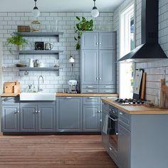 Серый цвет в оформлении кухни отлично сочетается с другими цветами! Если вы не хотите, чтобы интерьер казался слишком «холодным», используйте этот цвет в сочетании с предметами тёплых тонов. На фото кухня МЕТОД. Стоимость можно рассчитать на сайте ikea.ru и в магазинах ИКЕА #IKEA #ИКЕА #ИКЕАРоссия