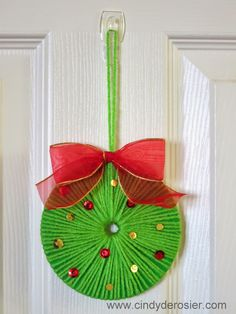 ~ Pin on Rustic X'mas Decoration ~ Use yarn to turn an old CD into a beautiful Christmas wreath. It's fast, easy, and fun! Christmas Projects, Beautiful Christmas, Kids Christmas, Christmas Wreaths, Christmas Decorations, Christmas Ornaments, Christmas Games, Old Cd Crafts, Holiday Crafts