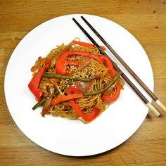 Nouilles chinoises aux légumes !  Simple, pas cher et trop bon  ils sont forts ces chinois ;) #dîneramis #bouffe #foodporn #diet #miam #vegetarien #chinois