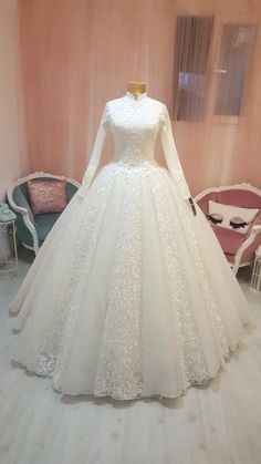 Different Styles Of Wedding Dresses. There are several designs of bridal gown, practically as many styles of wedding dresses as there are shapes of women. Muslimah Wedding Dress, Modest Wedding Gowns, Muslim Wedding Dresses, Wedding Hijab, Bridal Dresses, Bridesmaid Dresses, Hijab Dress Party, Dress Vestidos, Blog