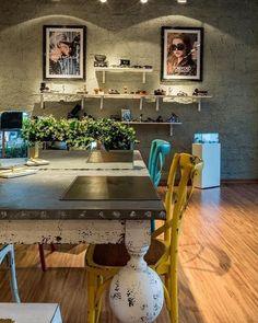 Presente no estilo de decoração industrial o concreto aparente combinado com um mobiliário delicado formam uma decoração moderna e muito particular! Projeto: Bruno Sgrillo Arquitetura #design #saladejantar #decoraçãoindustrial