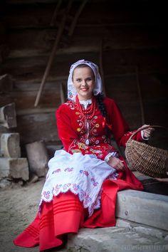 Folk Costume, Costumes, Polish Clothing, Polish Wedding, Polish Folk Art, People Of The World, Pictures To Paint, Traditional Dresses, Poland