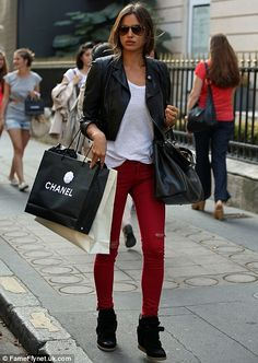 Irina Shayk in red jeans and black biker jacket. Sneaker Outfits, Nike Outfits, Love Fashion, Fashion Looks, Womens Fashion, 1950s Fashion, Latest Fashion, Vintage Fashion, Winter Stil