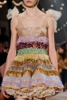 Christian Dior Spring 2019 Couture Collection - Vogue The complete Christian Dior Spring 2019 Couture fashion show now on Vogue Runway. Dior Haute Couture, Christian Dior Couture, Style Couture, Couture Details, Haute Couture Outfits, Christian Dior Dress, Christian Clothing, Fashion Week, Runway Fashion