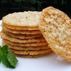 Воздушное хрустящее овсяное печенье, похожее на кружево. Печенье можно украсить шоколадом (расплавить и обмакнуть печенье, или сделать узор тонкими шоколадными нитями).