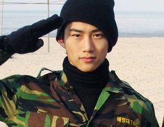 Taecyeon Ok 옥택연 #2pm 투피엠이 인기를 얻기 전 많은 여성들이 '군대 간 내 남자친구'라며 출력해서 지갑에 넣고 다닌 사진