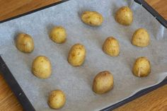 Knuste kartofler med hvidløg rosmaring og parmesan Parmesan, Pear, Good Food, Potatoes, Fruit, Vegetables, Blog, Handmade, Potato