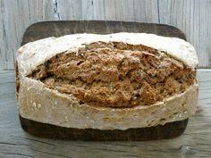 3 min Brot 1x Hefe (frisch oder Tüte) 450ml lauwarmes Wasser 500g Dinkel-Vollkornmehl (oder anderes) 2 TL Salz 2 EL Essig (ich hab Apfelessig genommen) Nüsse und Kerne nach Belieben