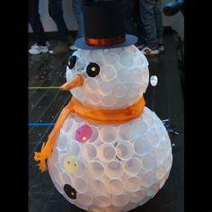 Снеговик из пластиковых стаканов своими руками