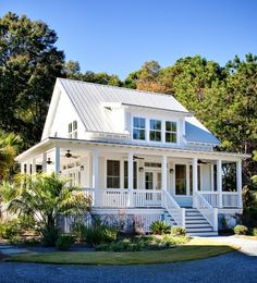 Little white house with porch and tin roof. My dream home in the country some day! Future House, Exterior Tradicional, Little White House, Cute Little Houses, Design Exterior, Exterior Colors, Exterior Siding, Exterior Remodel, Siding Colors