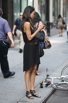Love this casual summer black dress and strappy flat sandals #fashion #celebrityfashion #style