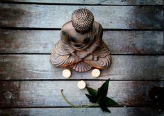 Decoración Zen con: budas, portavelas, velas, y ambientadores mikado. http://loladerek.es/diario/decora-tu-espacio-zen/