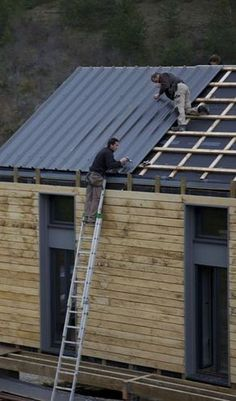 pose couverture bac acier Plus installation of steel tank cover More Image Size: 290 x 493 Source Timber Cladding, Exterior Cladding, Cladding Ideas, Roof Design, House Design, Modern Barn House, Casas Containers, Passive House, Shed Homes