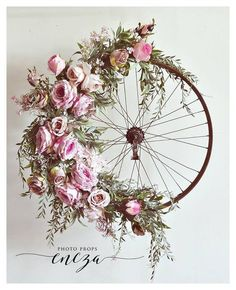Bicycle Wheel Wreath-I so love the design if this wreath. Old tire frame just makes it for me Deco Floral, Arte Floral, Decoration Shabby, Deco Champetre, Fleurs Diy, Arts And Crafts, Diy Crafts, Diy Wreath, Summer Wreath